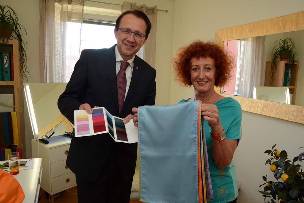Bürgermeister Matthias Stadler beim Farbcheck